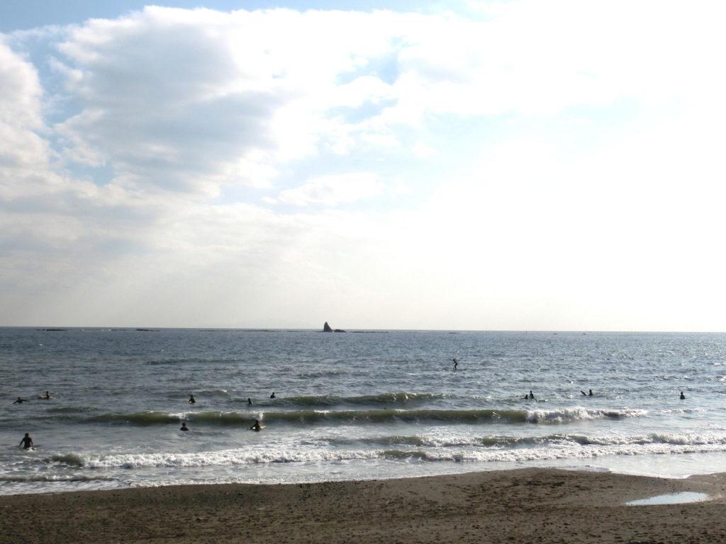 海岸から見た烏帽子岩