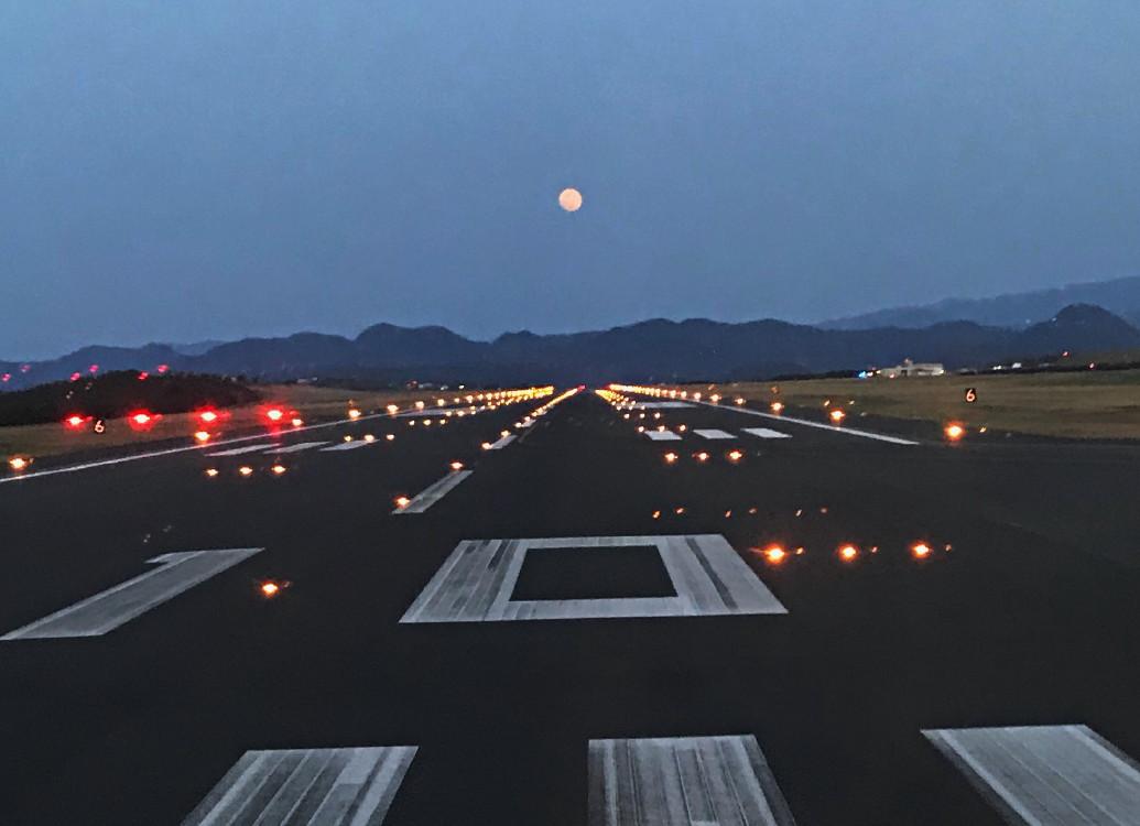 鳥取空港の月の出