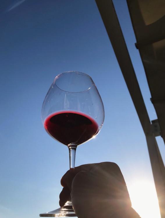 赤ワインと青空