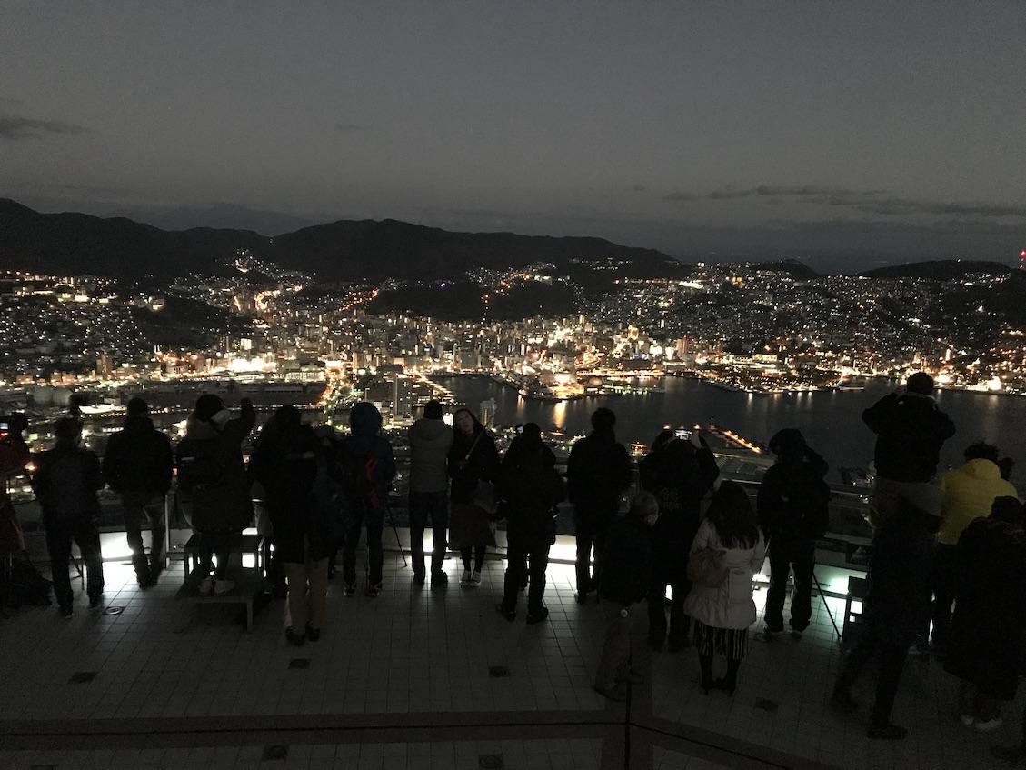 長崎稲佐山からの夜景を見る人々